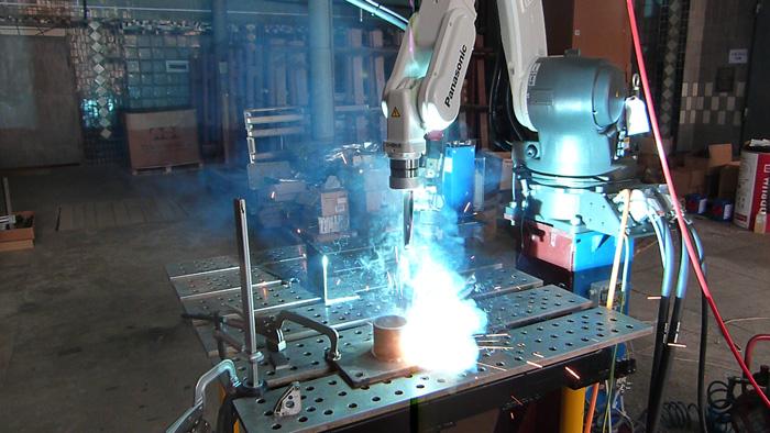 Импульсная сварка при помощи сварочного робота / роботизированная импульсная сварка