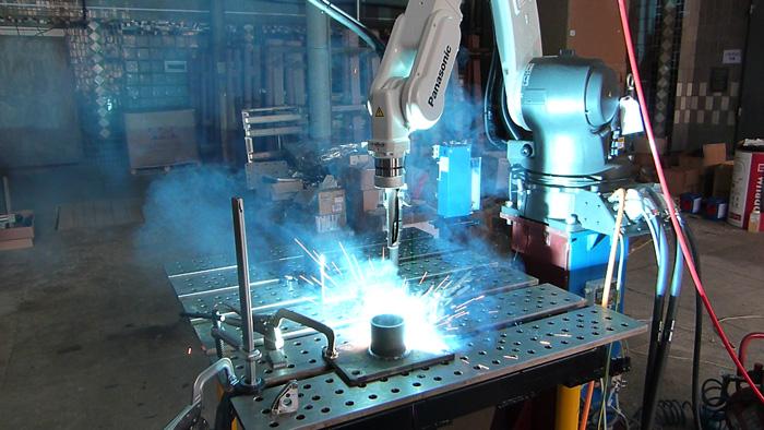 Импульсная сварка при помощи сварочного робота / роботизированная импульсная сварка / тестовая сварка